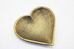 Cuore piatto decorativo in metallo dorato