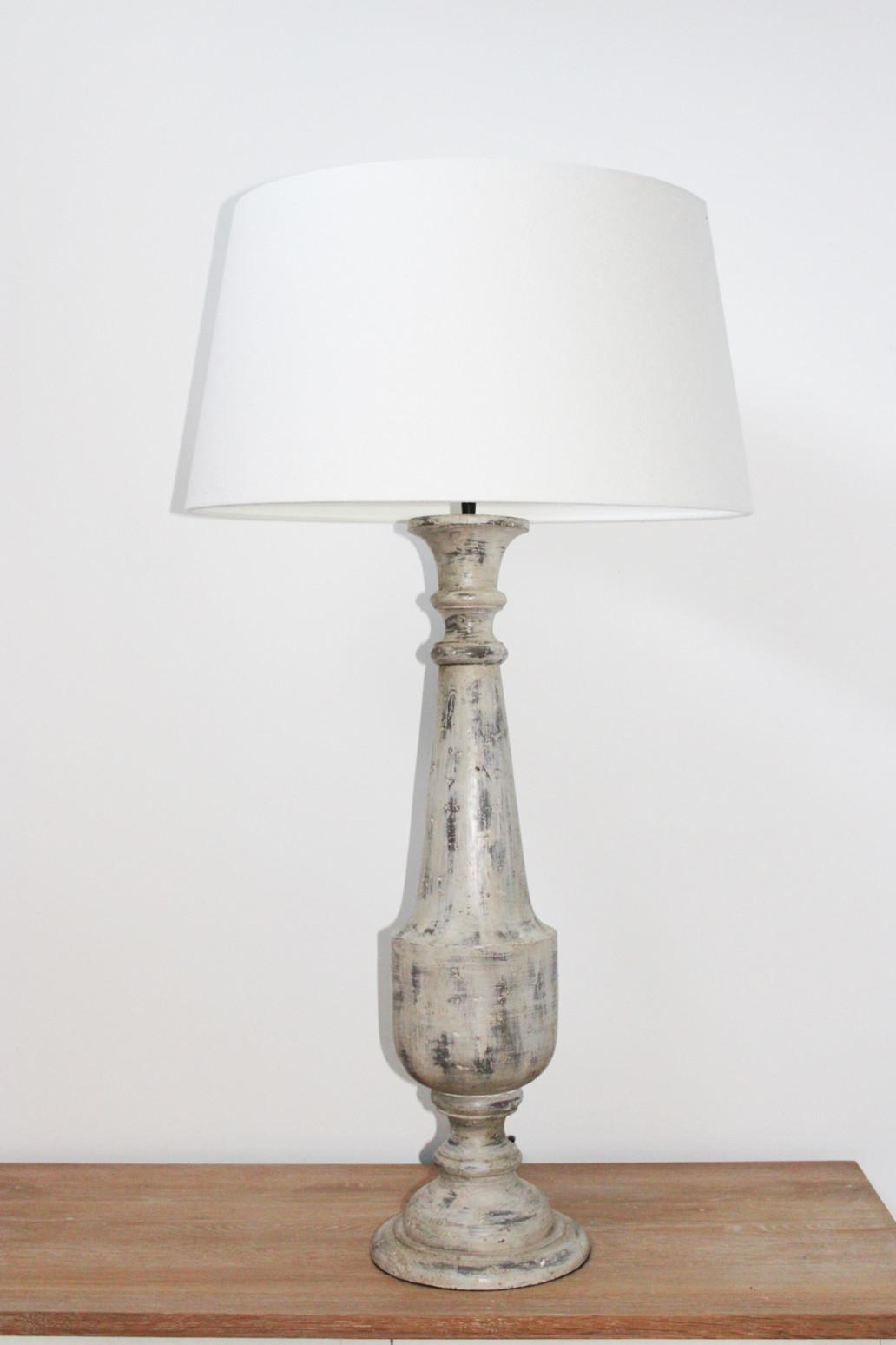 Lampada in legno grigio spazzolato