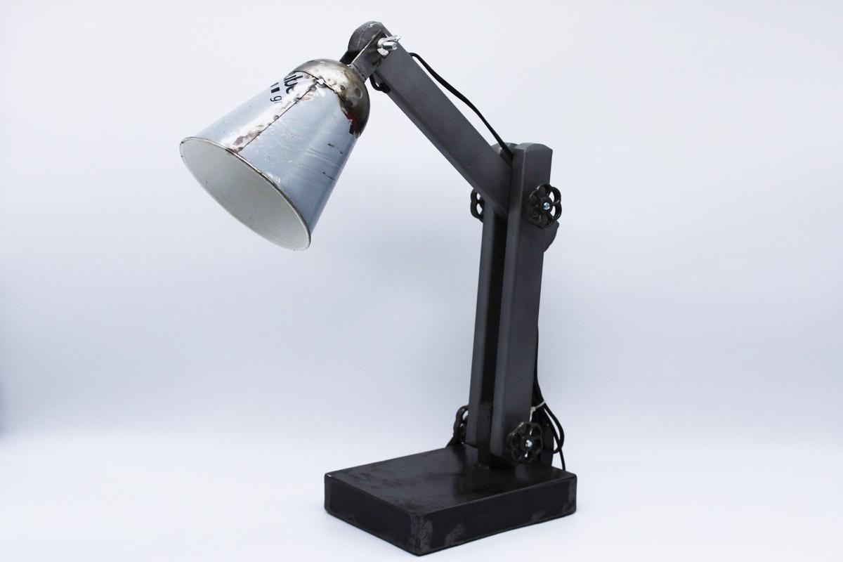 Lampada da tavolo industrial