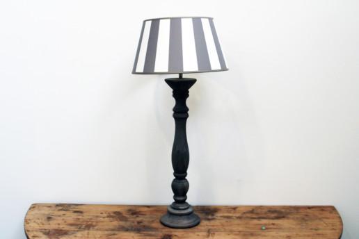 Lampada da tavolo in legno grigio e paralume fasciato Creta