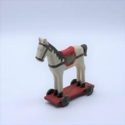 Cavallo bianco in legno su ruote